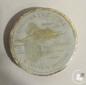 Škatlica za čokoladne bonbone - francoski napis. Hrani MNZS.
