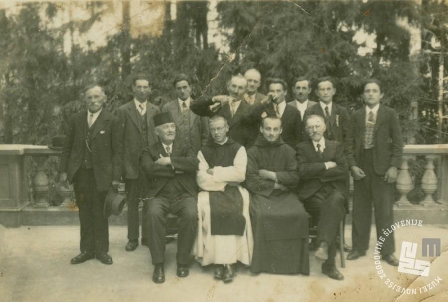 Pater Pavel Škrl-oskrbnik gradu in b. Ladislav Agrež-ekonom z zunanjimi delavci, okrog 1938 na dvorišču pred samostanom. Foto: neznan, hrani: MNZS.