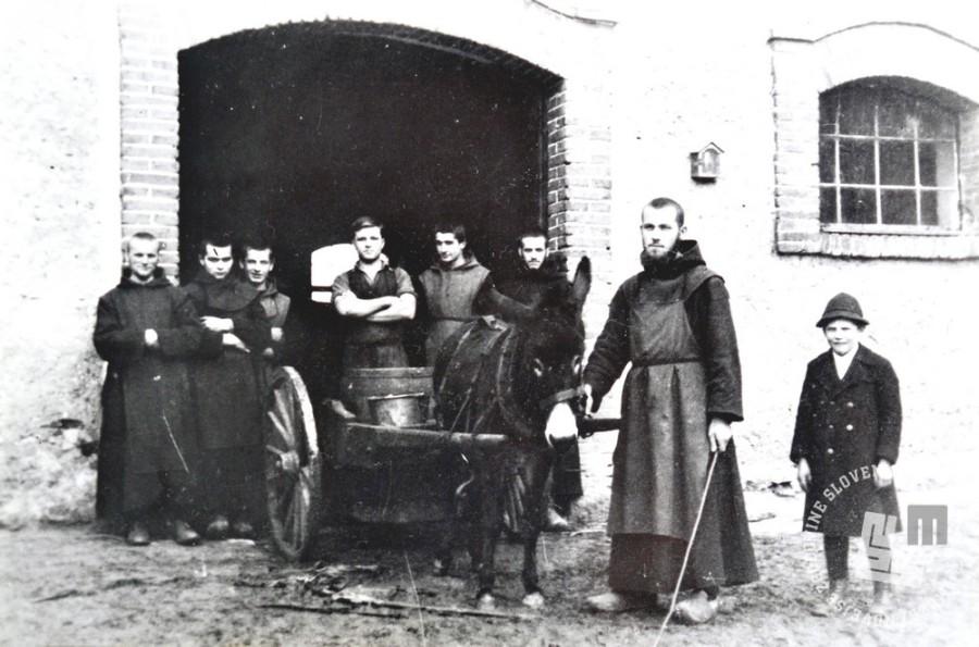 Dnevni prevoz mleka s pristave do samostana, kjer so iz mleka delali sir Trapist, okrog leta 1930. Foto: neznan, hrani: MNZS.