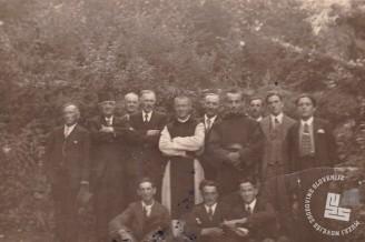 Pater Pavel Škrl in brat Ladislav Agrež z najemnimi delavci, okrog 1938. Foto: neznan, hrani: MNZS.