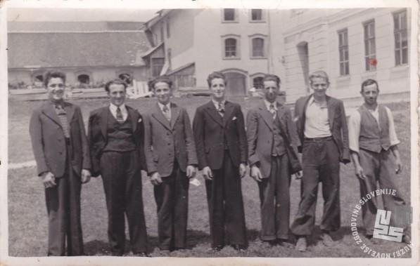 Najemni delavci slikani na pristavi, prvi z desne kočijaž Alojz Vovk, okrog leta 1940. Foto: neznan, hrani: MNZS.