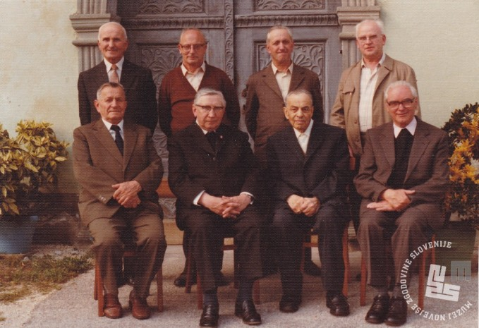 Nekdanji menihi zbrani v Radmirju leta 1981, malo pred smrtjo zadnjega opata Pija Novaka. Foto: neznan, hrani: MNZS.