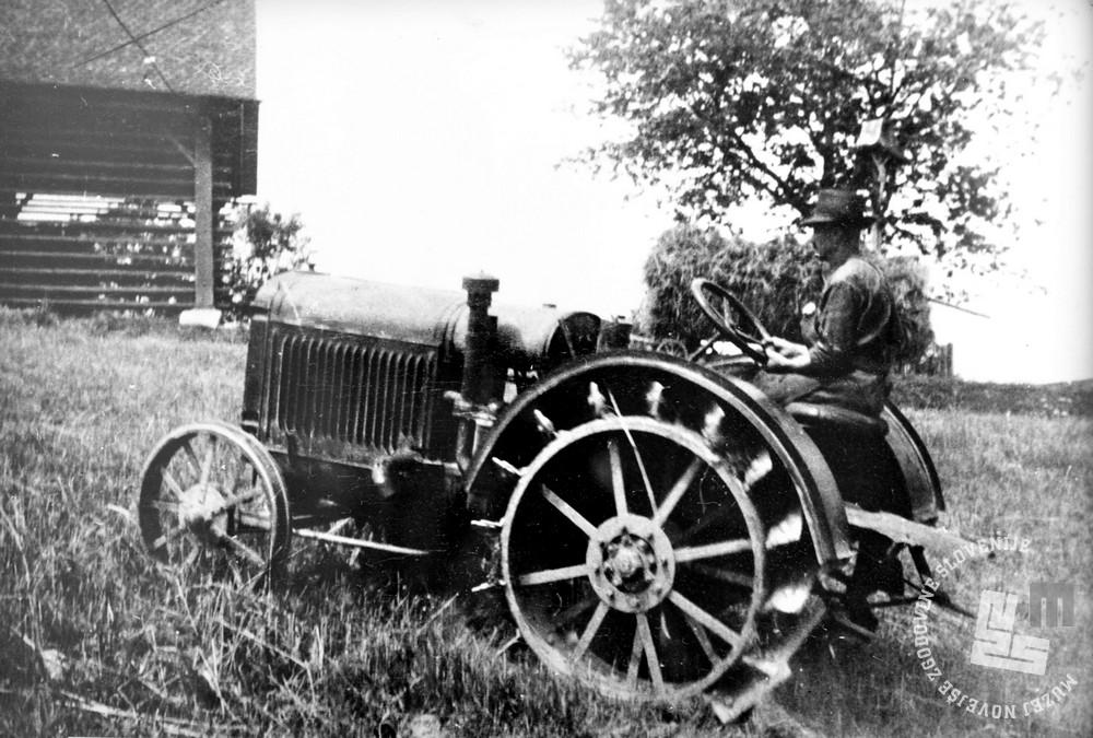 Prvi traktor, ki ga vozi brat Ludvik Mohorko. Foto: neznan, hrani: MNZS.