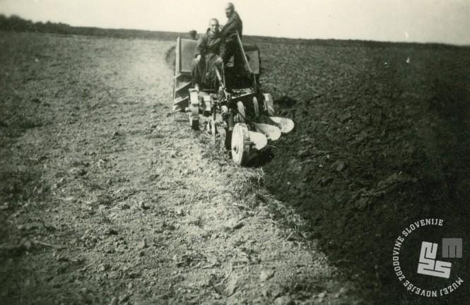 Meniha orjeta zemljo s traktorjem. Foto: neznan, hrani: MNZS.