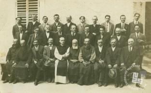 Stalni in najeti delavci, menihi in pater Pij Novak, poznejši opat, okrog leta 1930. Foto: neznan, hrani: MNZS.