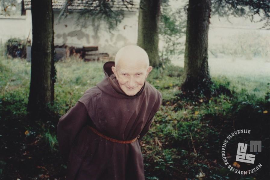 Brat Stanislav Vatovec v samostanu Dumbes oktobra 1993. Umrl je leta 1998 v starosti 98 let. V Dombes je odšel 5. avgusta 1947. Foto: neznan, hrani: MNZS.