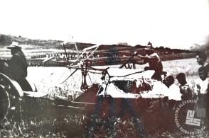 Stroj za žetev žita, prvi te vrste v naših krajih. Foto: neznan, hrani: MNZS.