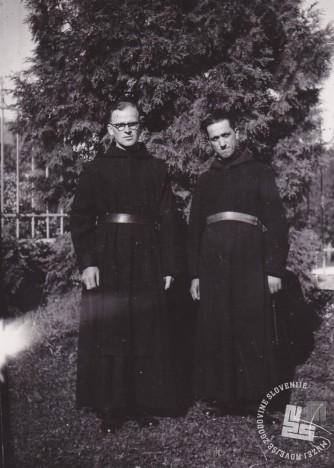 Brata Norbert Šarlah (desno) in Serafin Motoh po razpustu samostana. Foto: neznan, hrani: MNZS.