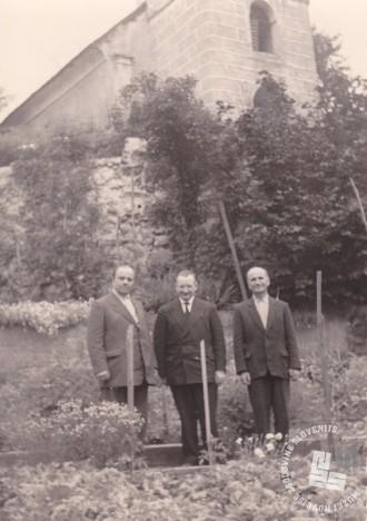 Levo bivši opat Pij Novak in desno b. Maksimiljan Jevšnik, verjetno v Radmirju, kjer je bil Pij Novak duhovnik. Foto: neznan, hrani: MNZS.