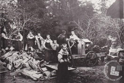Mladi oblati pri žaganju drv leta 1913. Šesti z leve je oblat Pij Novak, ki je maja 1940 postal tretji opat samostana. Foto: neznan, hrani: MNZS.