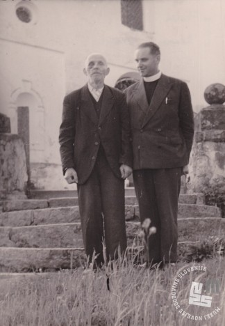 Bivši pater Albert Falež, tedaj duhovnik, in bivši b. Lenart Remih, po razpustu samostana v Radmirju. Foto: neznan, hrani: MNZS.