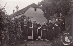 Samostanska družina na posestvu na Sremiču. Prvi z leve je b. Bartolomej Kajtna - prvi oskrbnik na Sremiču. Foto: neznan, hrani: MNZS.