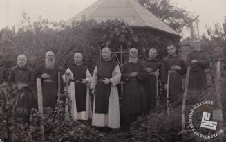 Trapisti pri vrtni uti na Sremiču leta 1933. Foto: neznan, hrani: MNZS.