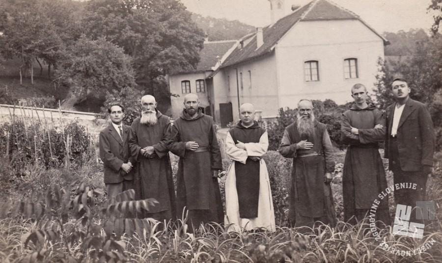 Na sredini p. Rafael Grzina, drugi upravitelj posestva na Sremiču. Foto: neznan, hrani: MNZS.