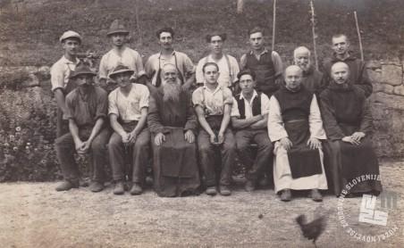 Pater Rafael Grzina, menihi in delavci, ki so pomagali pri delih na Sremiču. Foto: neznan, hrani: MNZS.