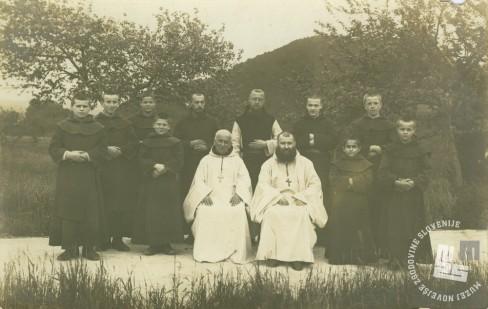 Pred vodenjem posestva na Sremiču je bil p. Rafael Grzina učitelj v samostanu. Stoji zadaj za opatoma Sirvainom in Epallom. Foto: neznan, hrani: MNZS.