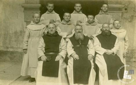 Z leve p. Herman Vodenik, opat Placide Epalle in p. Kamil Pernot z gojenci in novinci leta 1927. Hrani: MNZS.