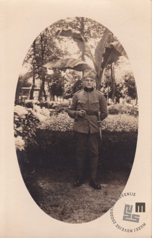 Brat Izidor Kovačič pri vojakih. Foto: neznan, hrani: MNZS.