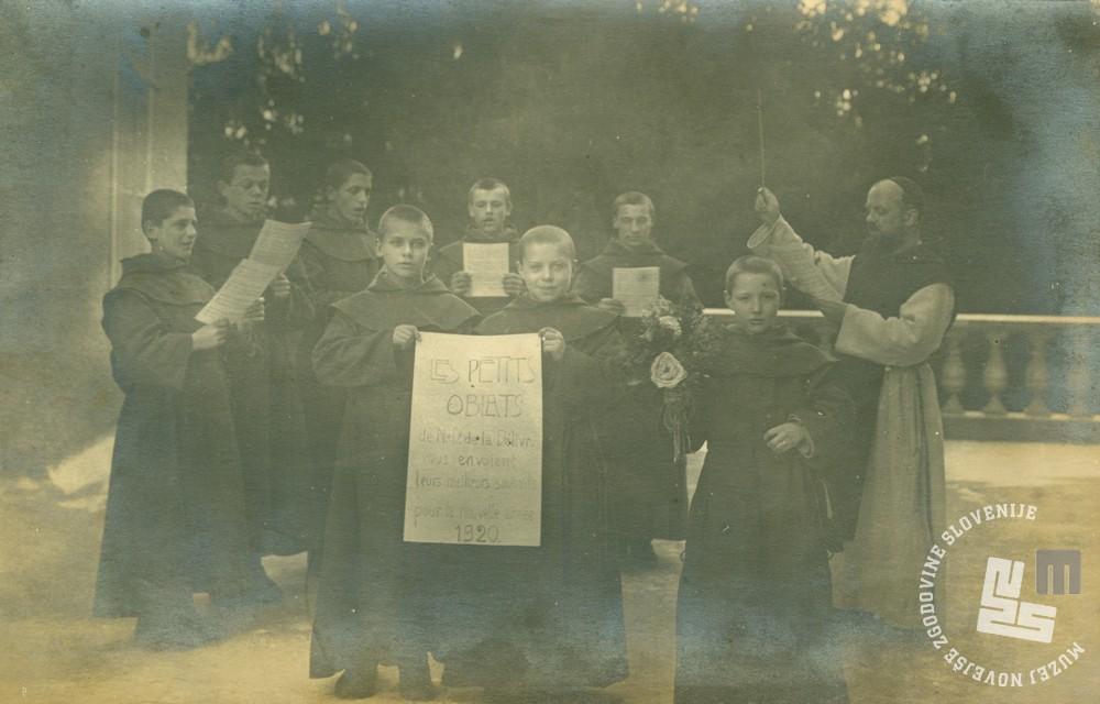 Mladi oblati konverzi so za novo leto 1920 zapeli skupaj z učiteljem p. Rafaelom Grzino na ploščadi pred vhodom v samostan. Foto: neznan, hrani: MNZS.