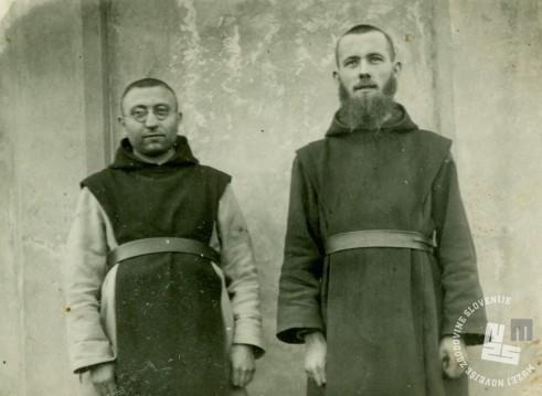 Pater Bonaventura Toplišek (levo) in brat Nivart Petan, ki je bil izučen mizar. Foto: neznan, hrani: MNZS.