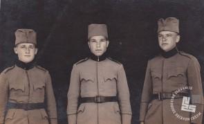 Menihi trapisti pri vojakih v Banja Luki leta 1930. Z leve b. Adolf, b. Viktor Bevc-klepar in b. Ladislav Agrež-ekonom. Foto: neznan, hrani: MNZS.