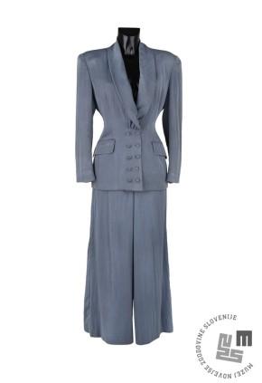 Modri hlačni kostim modne znamke Muradesign je oblikovala Zdenka Ščančar in zanj leta 1989 prejela Srebrno košuto na modnem sejmu v Beogradu. Hrani: Pokrajinski muzej Murska Sobota.
