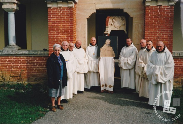 Menihi samostana Dombes leta 1999, predno je opat Bernard Christol (s križem) odnesel sliko brata Gabriela v Brestanico. Foto: neznan, hrani: MNZS.