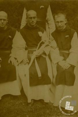 Pater Ambrož Frole-Viktor (na sredini) leta 1938, ko je bil posvečen v duhovnika. Ob njem sta p. Kanizij Kompare in p. Bonifacij Valenčič. Foto: neznan, hrani: MNZS.