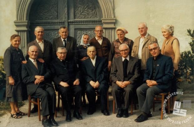 Nekdanji trapisti v Radmirju leta 1981. Viktor Frole stoji izza Pija Novaka, zadnjega opata samostana Rajhenburg (sedi na sredini). Foto: neznan, hrani: MNZS.