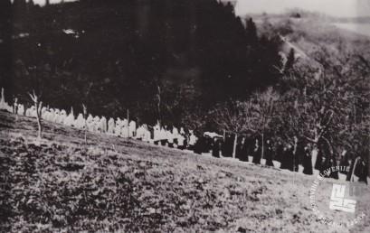 Vsa samostanska družina spremlja pokojnega sobrata v odprti polovični krsti na pokopališče. Foto: neznan, hrani: MNZS.