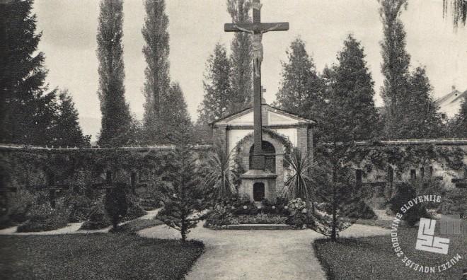 Trapistovsko pokopališče, kapelica in križ. V postamentu križa je bila shranjena žara s srcem brata Gabriela. Foto: neznan, hrani: MNZS.