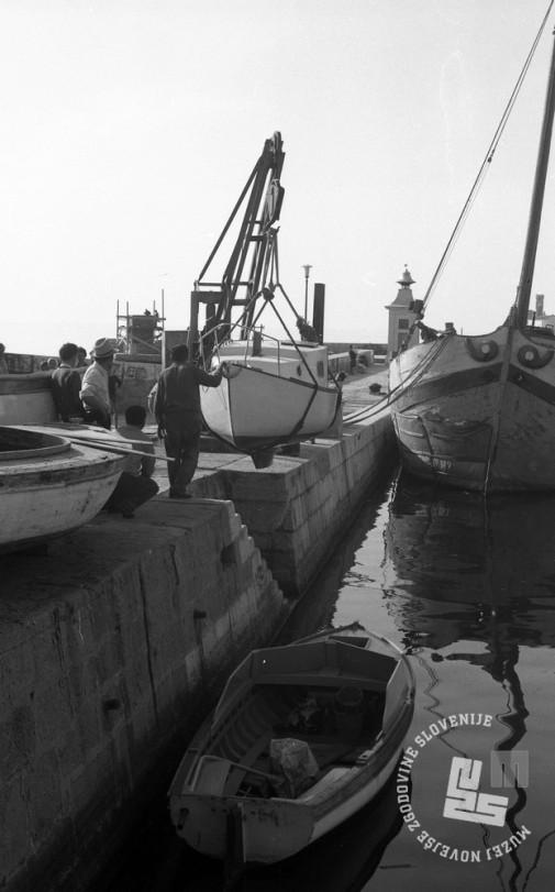 DE3408_10: Spuščanje čolnov v morje, Piran. Foto: Miloš Švabić, hrani: MNZS.