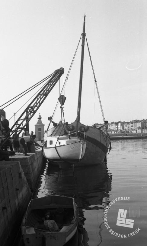 DE3408_14: Spuščanje čolnov v morje, Piran. Foto: Miloš Švabić, hrani: MNZS.