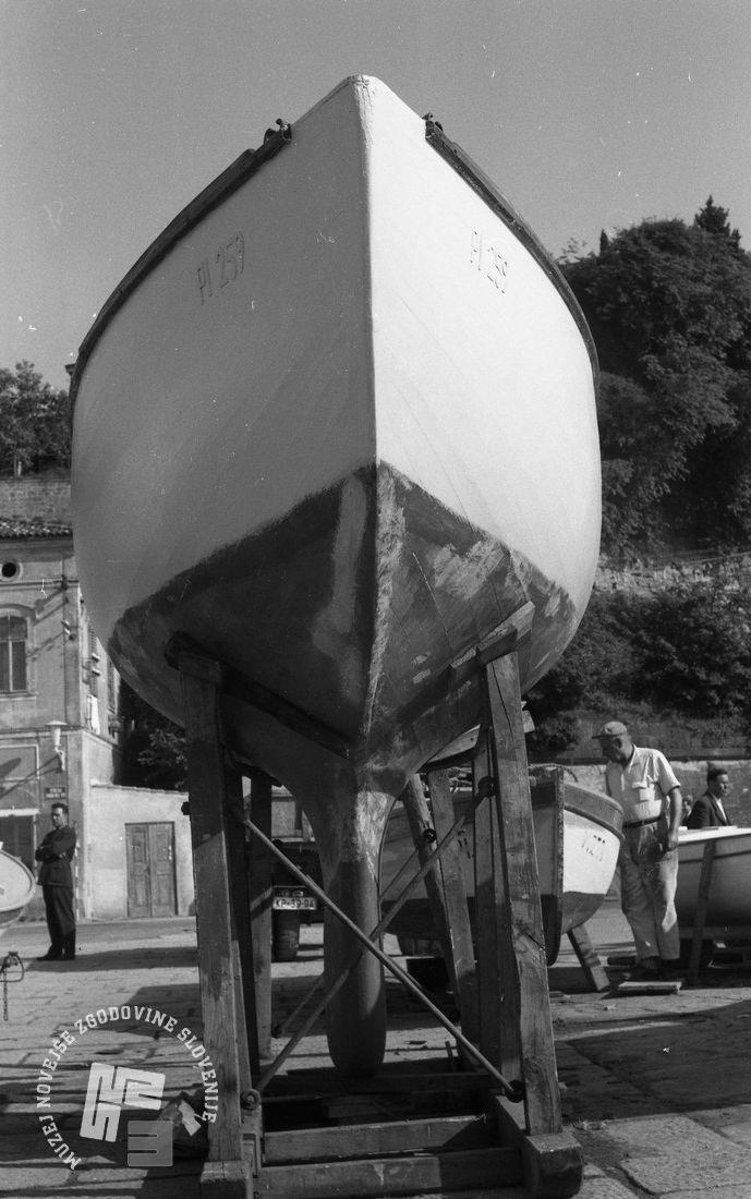 DE3408_20: Barvanje čolnov. Foto: Miloš Švabić, hrani: MNZS.