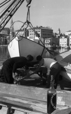 DE3408_8: Spuščanje čolnov v morje, Piran. Foto: Miloš Švabić, hrani: MNZS.