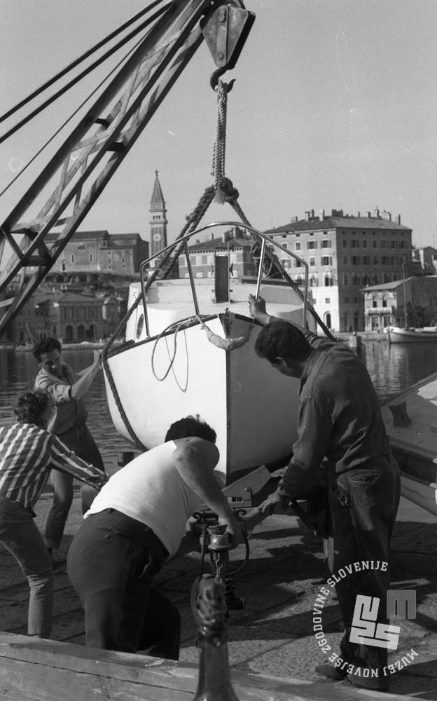DE3408_9: Spuščanje čolnov v morje, Piran. Foto: Miloš Švabić, hrani: MNZS.