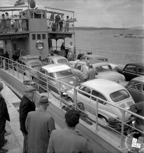 DE505-12: Dopustniki na trajektu pri Crikvenici na Hrvaškem, 1959, foto: Edi Šelhaus, hrani: MNZS.