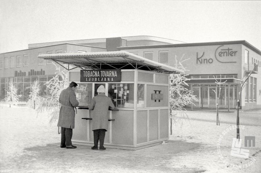 MC620101_12: Kiosk Tobačne tovarne Ljubljane v Kranju, januar 1962. Foto: Marjan Ciglič, hrani: MNZS.