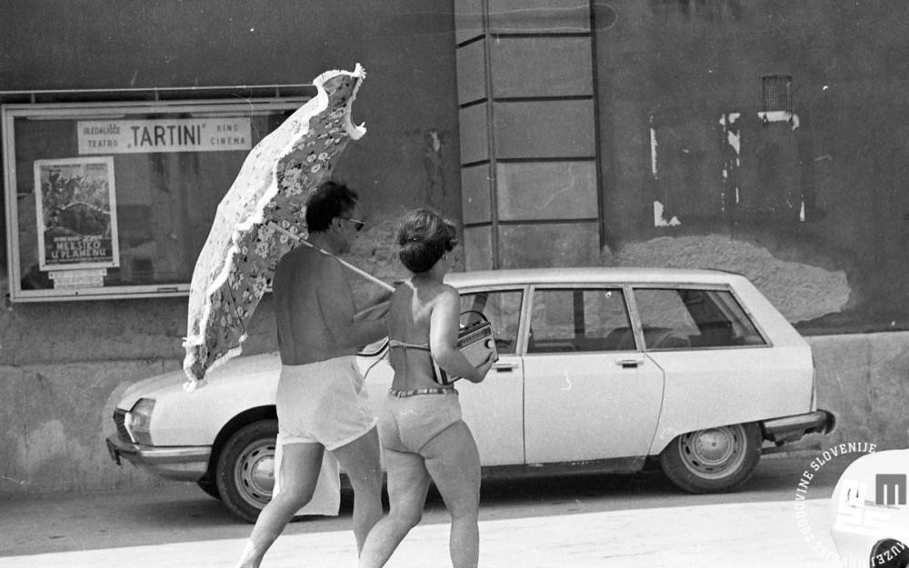 NB 3800_22: Sproščena kopalca se sprehajata po ulici v Piranu, 1975, foto: Nace Bizilj, hrani: MNZS.