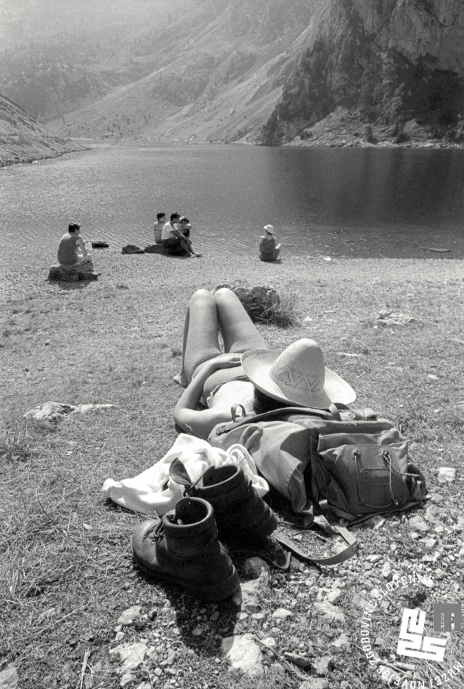 NB495_72: Počitek ob Krnskem jezeru. 1989, foto: Nace Bizilj, hrani: MNZS.