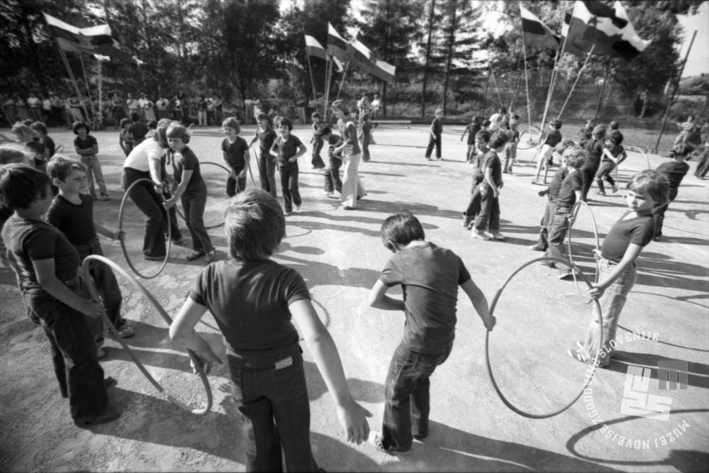 DE7631_612: Otroci vrtca Vič nastopajo s hulahup obroči, junij 1977. Foto: Miško Kranjec, hrani: MNZS.