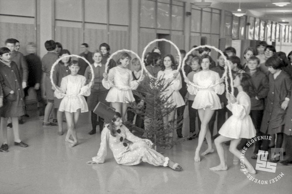 Es-377-2: Vaja ritmičnih gimnastičark s hulahup obročem v Narodnem domu, Ljubljana, začetek 70. let 20. st. Foto: Edi Šelhaus, hrani: MNZS.