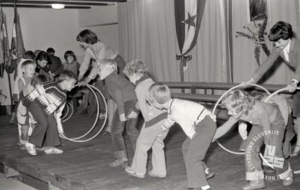 SJ67_26: Otroška predstava z obroči na praznik krajevne skupnosti Vižmarje-Brod, 18. 9. 1977. Foto: Aleksander Jesenovec, hrani: MNZS.