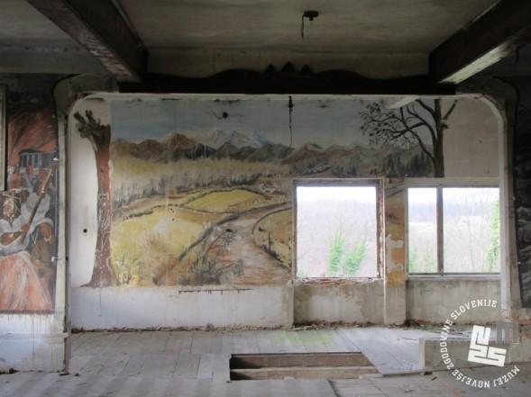 Prostor za kulturno-prosvetne prireditve v miličniški stavbi. Foto Marko Krivec, 2016.