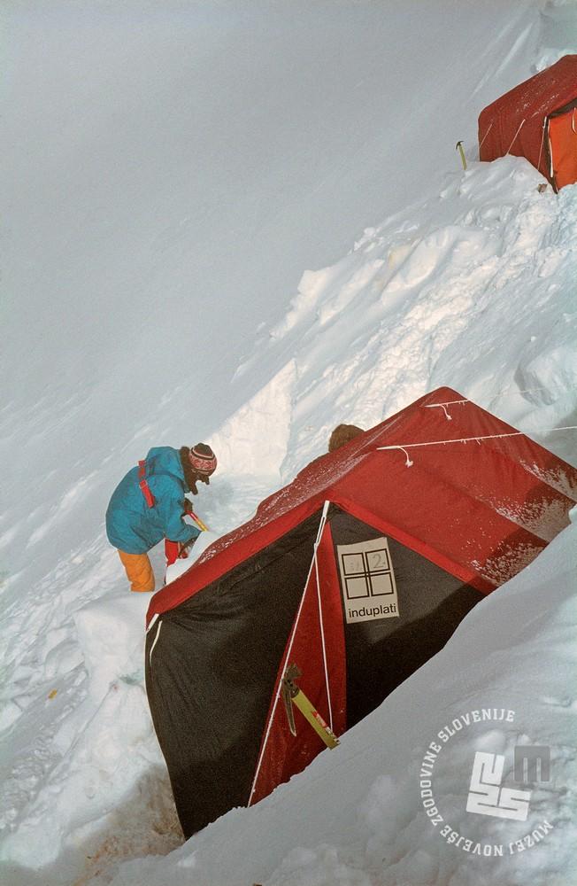 136-10: Tabor 2, (6770 m). Foto: Tone Škarja.