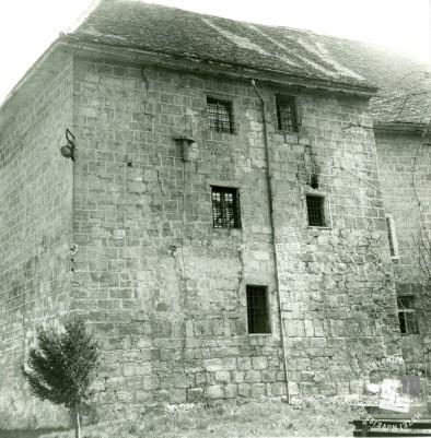 Južni del gradu Rajhenburg z okenskimi rešetkami iz časa delovanja KPD. Arhiv ZVKDS, 1975.