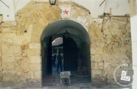 Na portalu vrat na dvorišču gradu je bila ob restavratorskih delih odkrita rdeča zvezda. Arhiv ZVKDS, 2008.