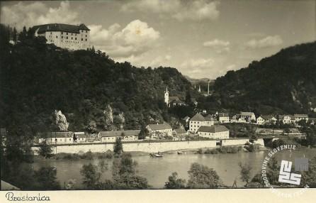 Brestanica okrog leta 1957. Zvonik na strehi je porušen, namesto polken so na oknih rešetke. Last drużine Soos.