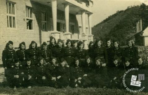 Miličnice v KPD Rajhenburg leta 1949, pred miličnišíko stavbo. Last družine Divjak.