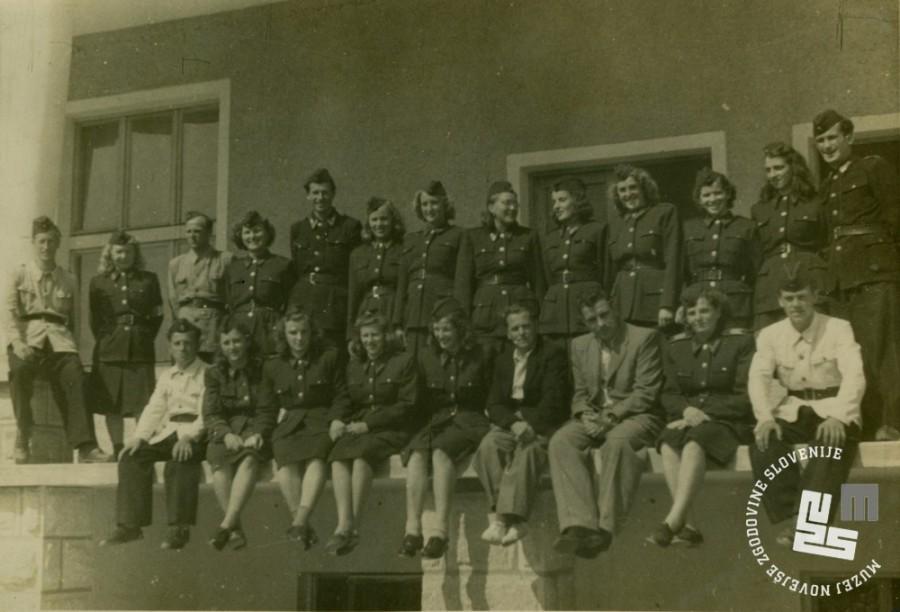 Miličnice in miličniki, zaposleni v KPD Rajhenburg, med letoma 1950 in 1952. Last družine Divjak.